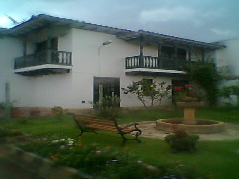 Casa Urbana de 5 alcobas a 400m de la plaza.