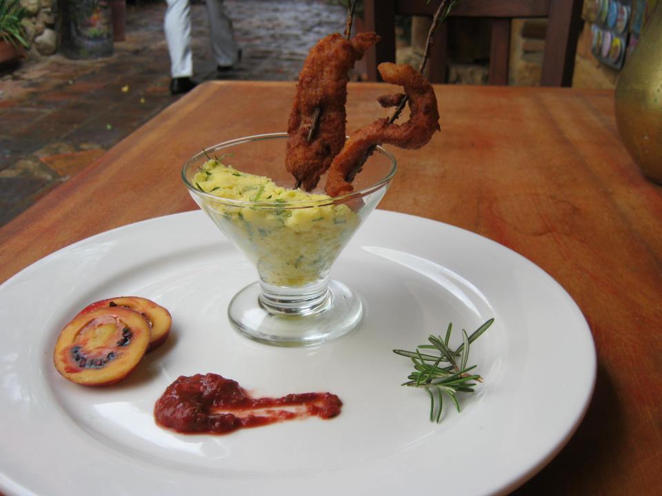 Pinchitos de chuleta de cerdo al romero, con puré de papa criolla y ají de tomate árbol de Tierra Buena
